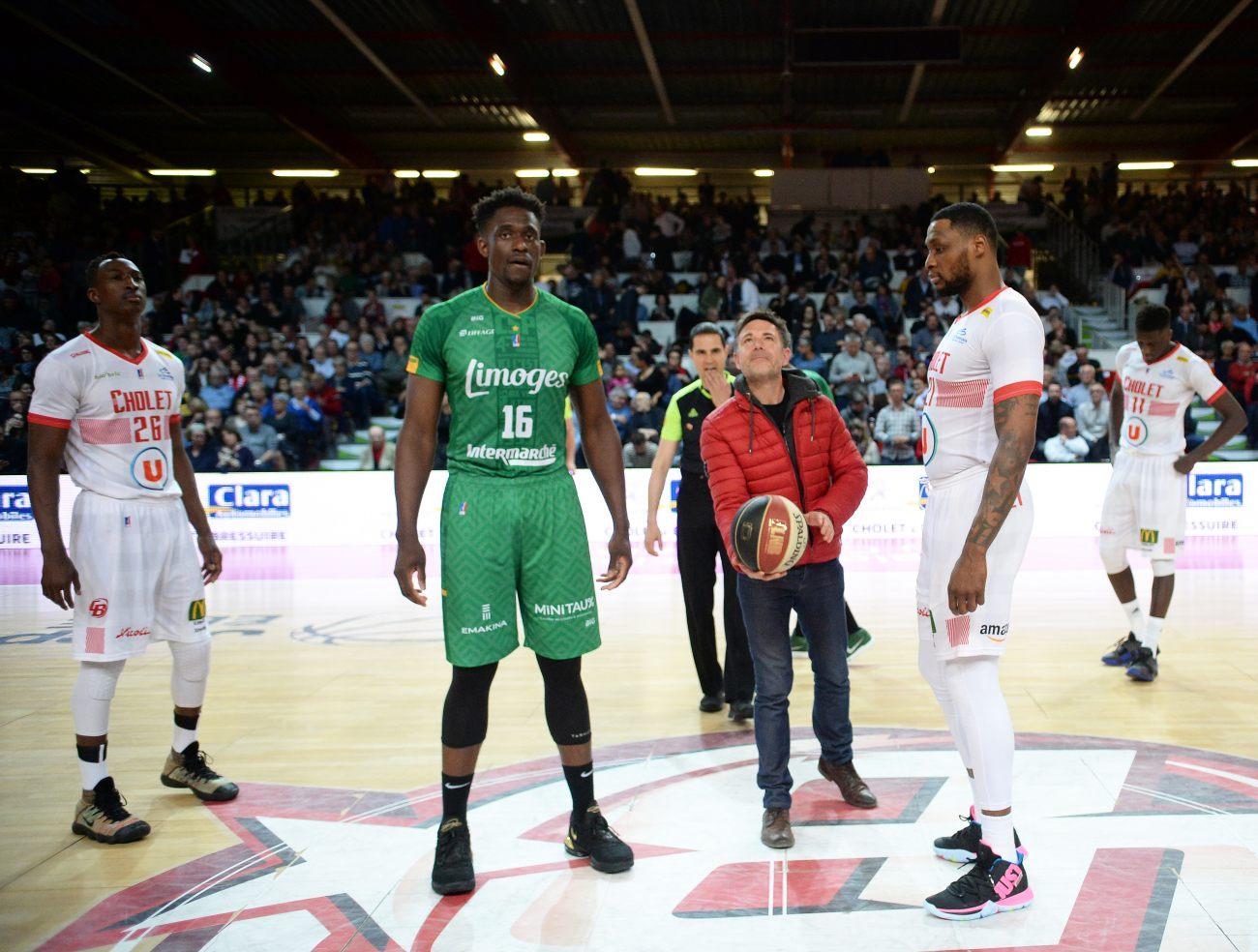 Coup d'envoi donné par le parrain du match Monsieur Sylvain Bodet, de l'entreprise Bodet - © ETIENNE LIZAMBARD