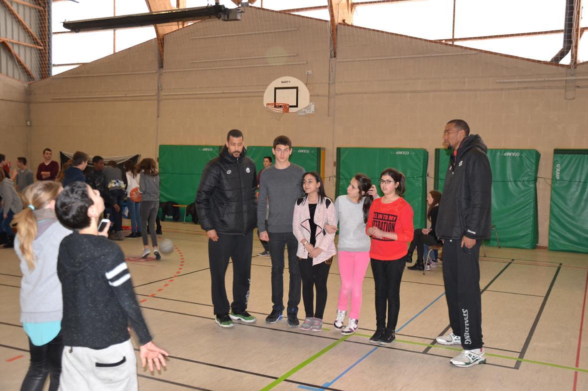 """La minute de basket"""" au collège Colbert de Cholet"""""""