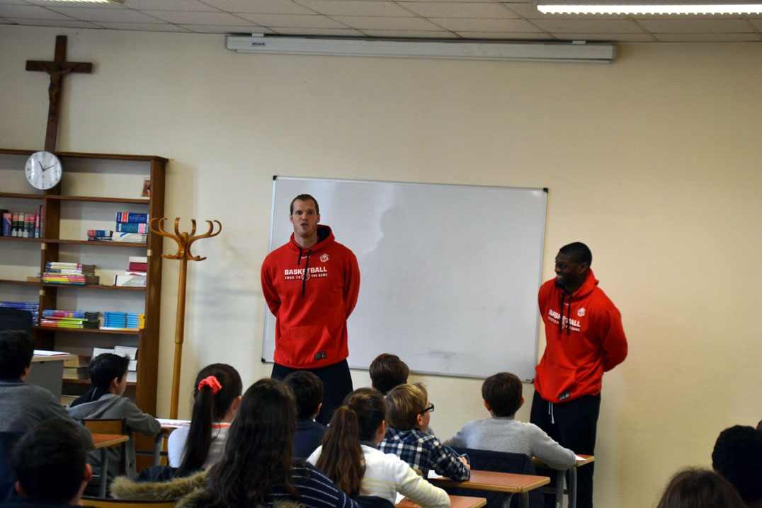 Graham BROWN et Gary BELL, profs d'anglais avec des élèves de 6e et 5e