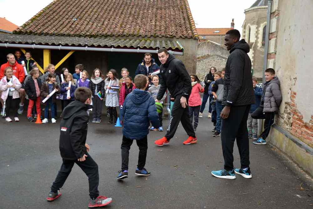 Rencontre entre les élèves de l'école Saint Jean du Marillais et les PRO A