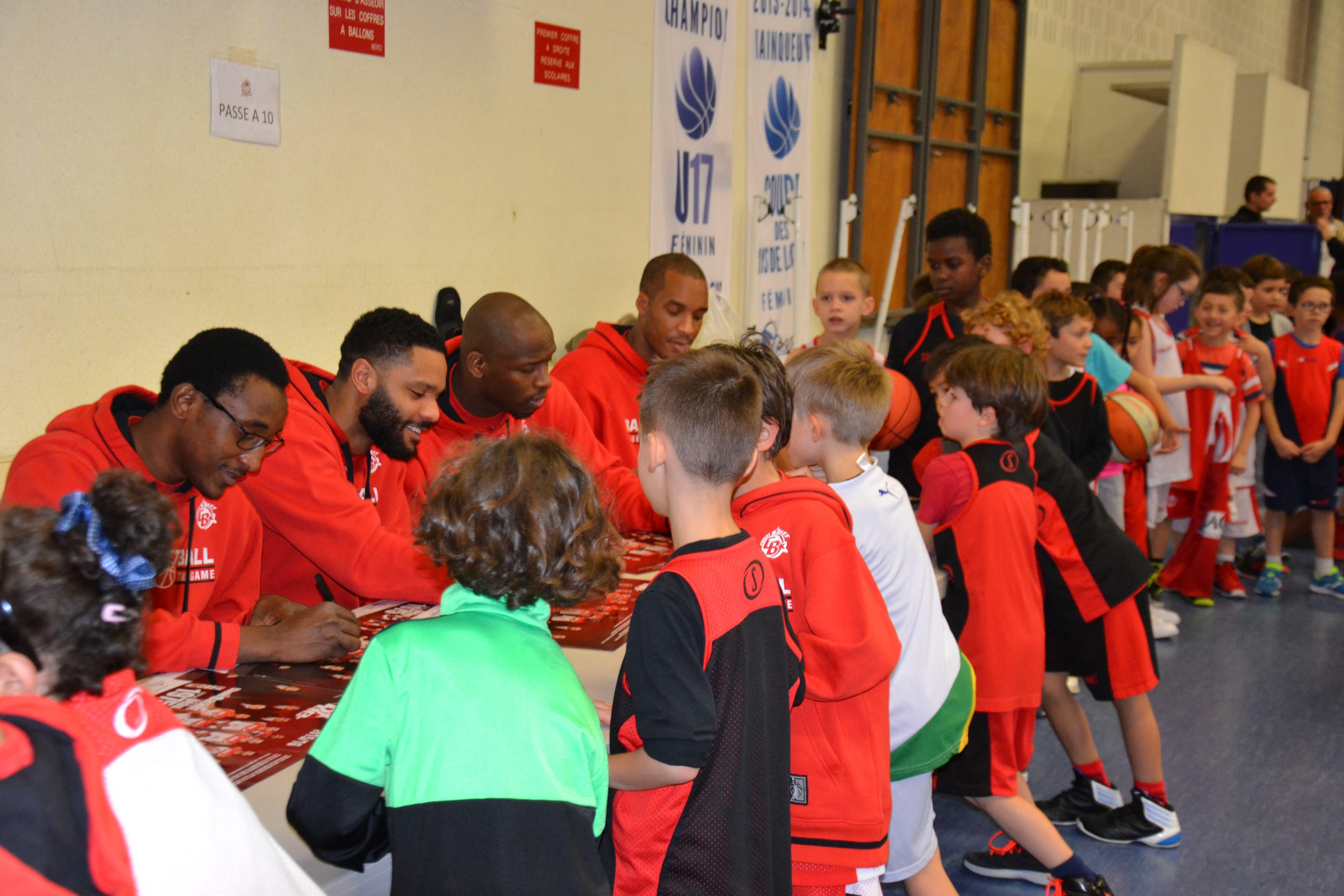 Les joueurs pros de CB en séance de dédicace avec les jeunes de l'association au Kinder + Sport Basket Day à la Salle Du Bellay le 16/12/15.