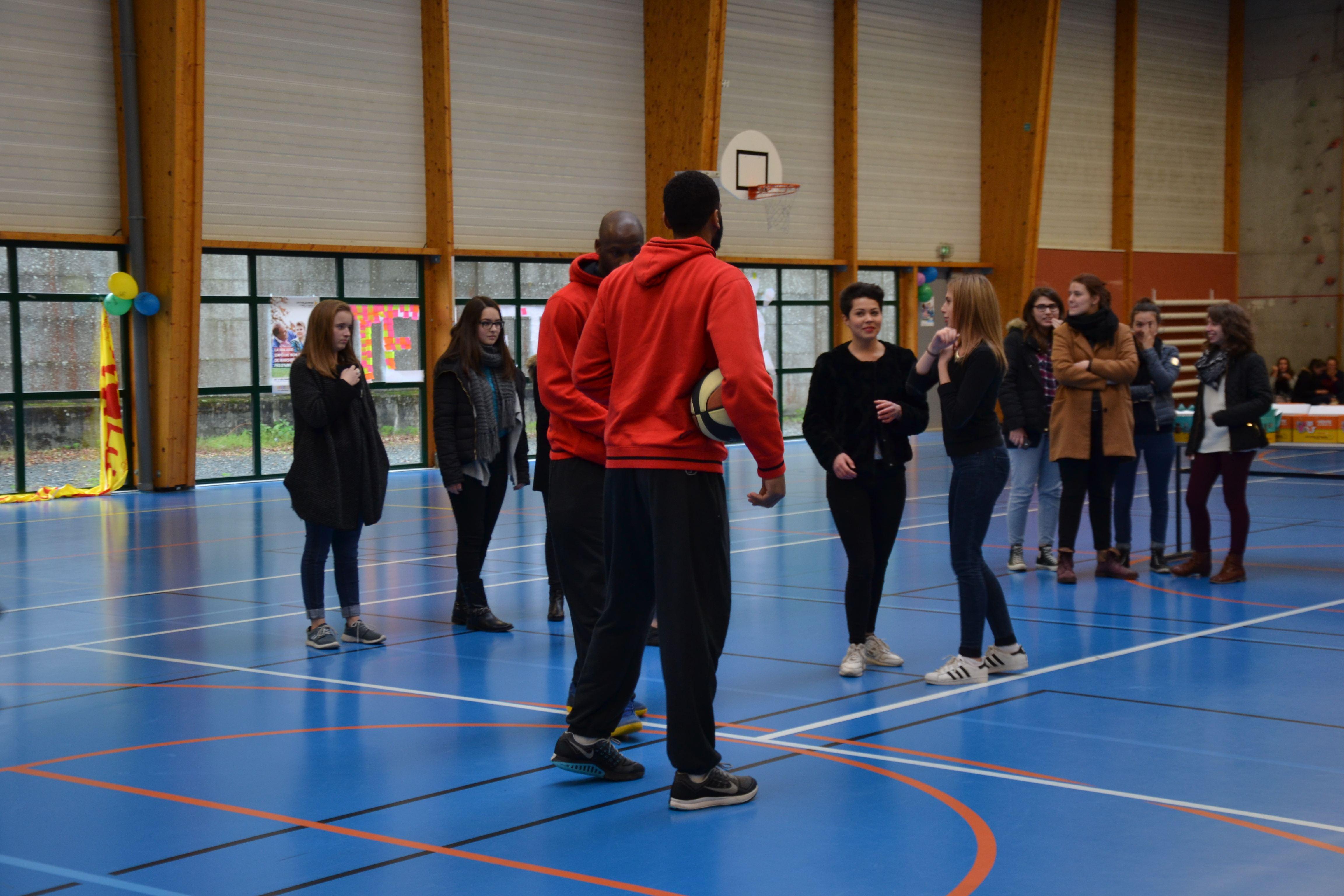 """Action sportive lancers francs"""" du Lycée Jeanne Delanoue pour le Défi Téléthon (25.11.15)."""""""