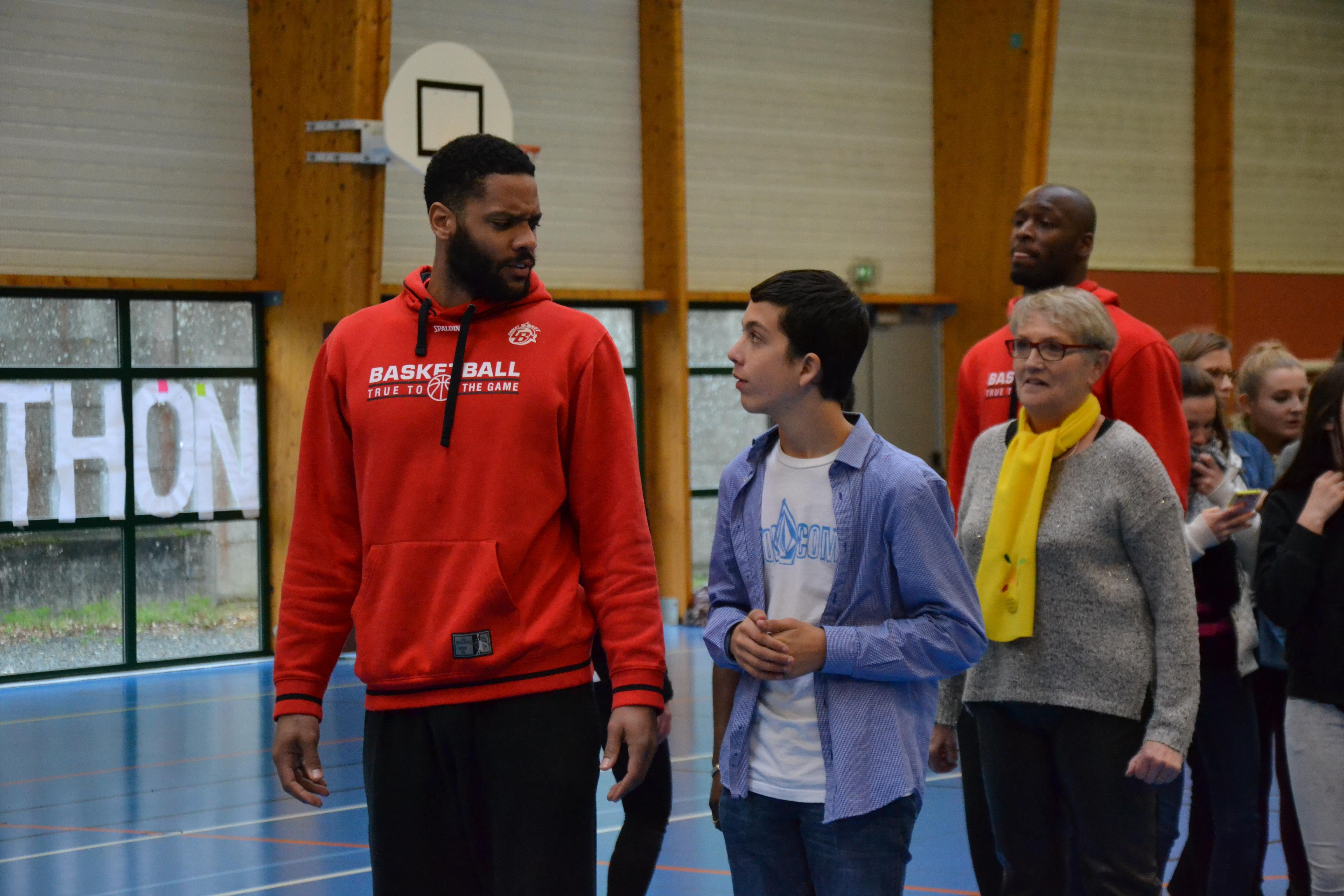 """Action sportive lancers francs"""" du Lycée Jeanne Delanoue pour le Défi Téléthon."""""""