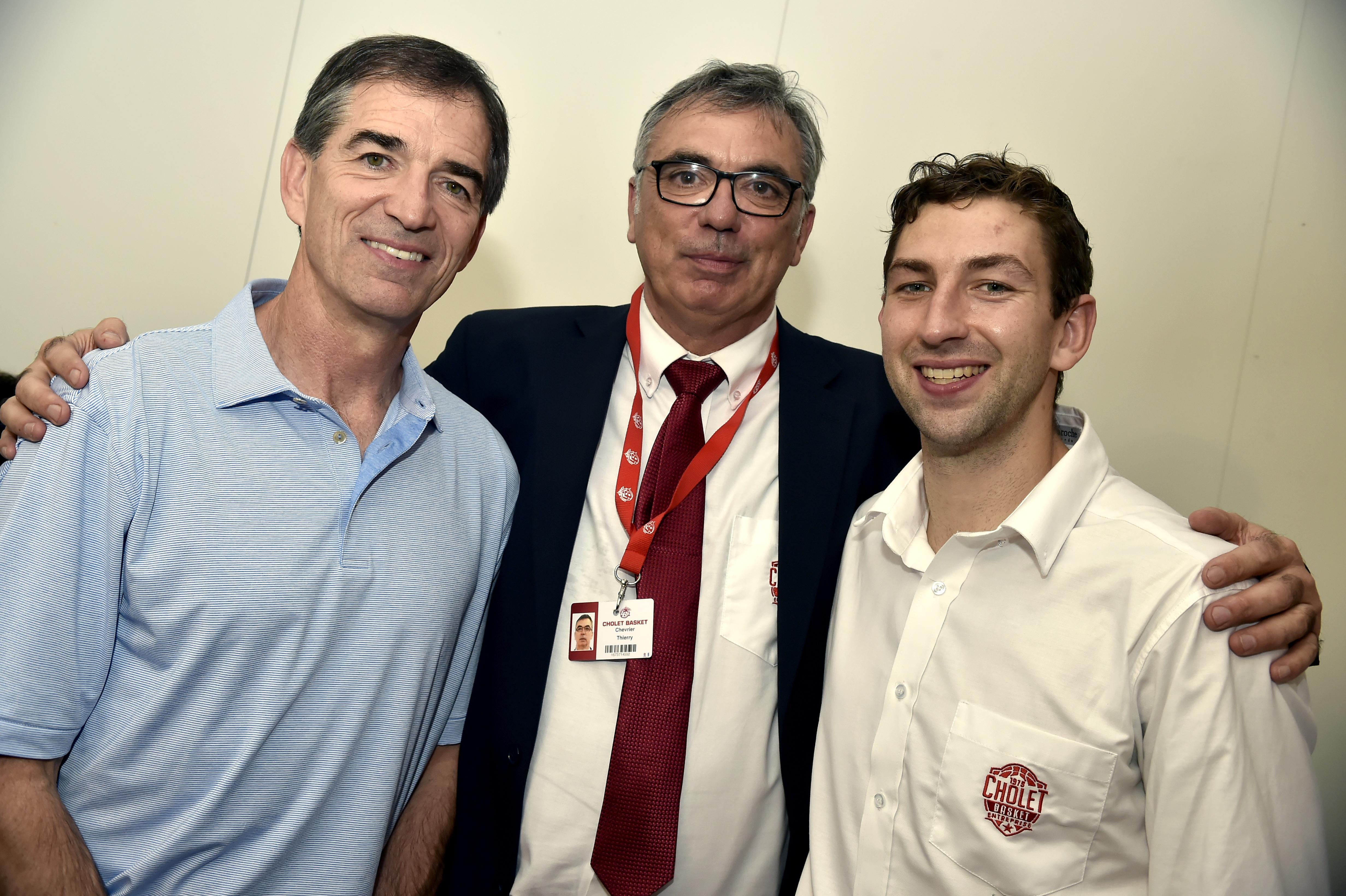 Thierry Chevrier avec John et Michael Stockton ©Etienne Lizambard